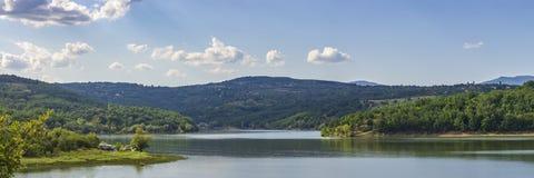 Breed panorama van een meer in de zomer stock afbeeldingen