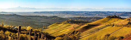 Breed panorama van Langhe-gebied in noordelijk Italië, op de herfst, unes Royalty-vrije Stock Afbeeldingen