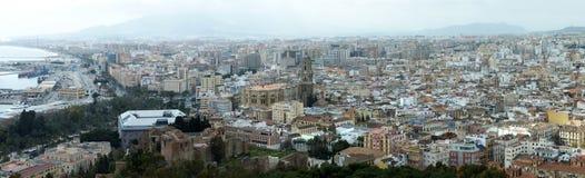 Breed panoramisch satellietbeeld van de stad van Malaga in Spanje met historische oriëntatiepunten en stedelijke gebouwen neer aa stock foto