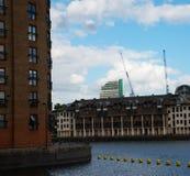 Breed rivierkanaal, mening van woningbouw op andere sid royalty-vrije stock fotografie