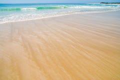 Breed Strand met gestreept zand Stock Foto's