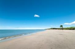 Breed Wit Zandig Tropisch strand stock afbeelding