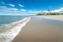 Breed Wit Zandig Tropisch strand stock foto