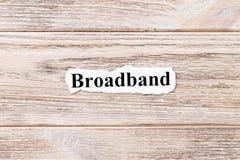 Breedband van het woord op papier Concept Woorden van Breedband op een houten achtergrond stock foto's