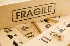 Breekbaar teken op houten doos Stock Afbeelding