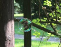 Breekbare wereld - zeepbel die bij een park drijven royalty-vrije stock afbeeldingen