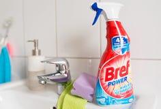 Bref力量在卫生间水槽的浴室清洁剂浪花 图库摄影