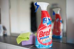Bref力量在卫生间镜子前面的浴室清洁剂浪花 库存照片