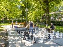 BREGENZ AUSTRIA, CZERWIEC, - 24, 2015: Niezidentyfikowani mężczyzna bawić się szachy z gigantycznymi szachowymi kawałkami na Jezi fotografia stock