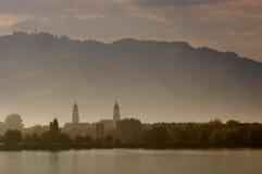 Bregenz im Morgen-Nebel stockbild