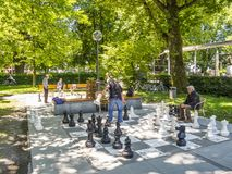 BREGENZ, OOSTENRIJK - JUNI 24, 2015: De niet geïdentificeerde mensen spelen schaak met reuzeschaakstukken op het Meer van Konstan stock fotografie