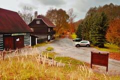 Brehyne, kraj de Machuv, República Checa - 29 de octubre de 2016: otoño colorido en el pueblo Brehyne en Macha Region en naturale Imágenes de archivo libres de regalías
