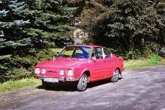 2013-09-28 - Brehyne, Tschechische Republik - tschechoslowakisches Auto 'Skoda 110R' von den Siebzigern parkte in Brehyne-Dorf Lizenzfreie Stockfotografie