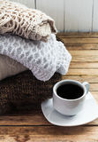 Brei comfortabele sweater gevouwen stapel royalty-vrije stock foto's