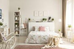 Brei deken in mand die zich op vuil roze tapijt in echte pho bevinden stock foto's
