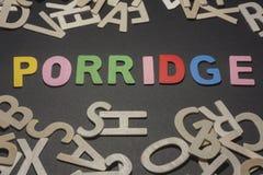 Brei geschrieben mit bunten hölzernen Buchstaben auf ein schwarzes backgro Lizenzfreies Stockfoto
