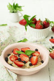 Brei mit Beeren - Erdbeeren und Blaubeeren Stockfoto