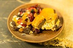 Brei und Bonbons vom Hafermehl Dörrobst Abschluss oben Gesunde Nahrung mitte Stockbilder