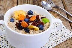 Brei vom Hafermehl zum Frühstück Stockfoto