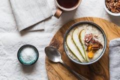 Brei zum Frühstück mit einer Auswahl von Frucht- und Nussbelägen Stockfoto
