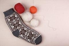 Breiend garen en sokken royalty-vrije stock afbeelding