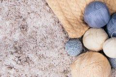 Breiend garenballen op de witte achtergrond Hoogste mening Selectieve nadruk Stock Fotografie