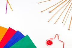 Breiend, naaiend en haak hulpmiddelen op witte achtergrond Royalty-vrije Stock Foto