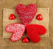 Breiende harten op de jute Royalty-vrije Stock Afbeelding