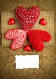 Breiende harten op de jute Stock Afbeeldingen
