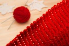 Breigoed, garen en gebreide Kerstmisdecoratie Royalty-vrije Stock Foto's