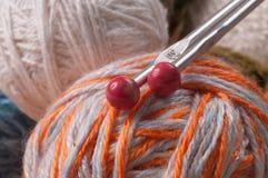 Breinaalden en gekleurde draad Stock Afbeelding