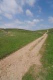 Breite-anfle Ansicht einer Bahn, die über Ackerland läuft Lizenzfreie Stockbilder