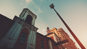 Breite Ansicht der gewöhnlichen orthodoxen Kirche und der Laterne stockfotos