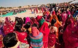 Breite Ansicht der Menge der Frauen, welche auf die Darstellung auf dem Festival warten Stockfoto