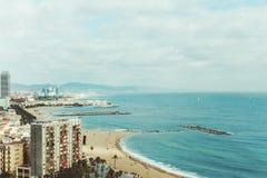 Breite Ansicht der Stadt, des Strandes und des Meeres in Barcelona stockfotos