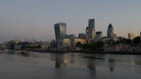 Breite Ansicht der Stadt von London an der Dämmerung stock video footage