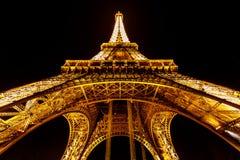 Breite Ansicht des Eiffelturms belichtet in der Nacht, Paris, Franken Lizenzfreie Stockfotos