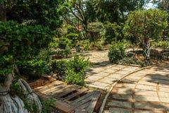 Breite Ansicht des grünen Gartens mit Gras, Bäumen, Anlagen, Schatten und Bahn, Chennai, Tamil Nadu, Indien, am 29. Januar 2017 Lizenzfreies Stockfoto