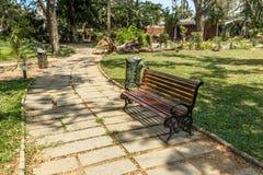 Breite Ansicht des grünen Gartens mit Gras, Bäumen, Anlagen, Schatten und Bahn, Chennai, Tamil Nadu, Indien, am 29. Januar 2017 Lizenzfreies Stockbild