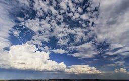 Breite Ansicht des Himmels mit Sturmwolken Stockbild