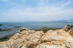 Breite Ansicht des Himmels und des Meeres Stockbild