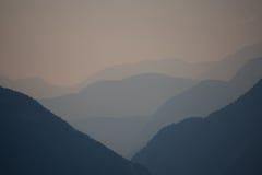 Breite Ansicht in ein Tal während des Sonnenuntergangs in den Alpen Lizenzfreie Stockfotos