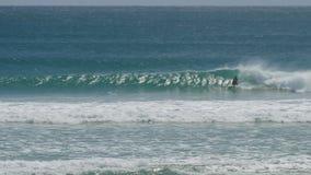 Breite Ansicht eines kirra Surfers auf ihrem Rückhandschlag stockbild