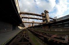 Breite Ansicht Fisheye eines Lastwagens im alten verlassenen Industriebahnbahnhof in Prag Lizenzfreie Stockbilder