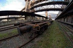 Breite Ansicht Fisheye eines Lastwagens im alten verlassenen Industriebahnbahnhof in Prag Stockbilder