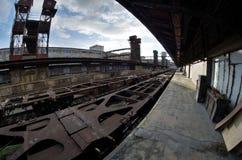 Breite Ansicht Fisheye von Lastwagen und von Bau im alten verlassenen Industriebahnbahnhof in Prag Lizenzfreie Stockfotos
