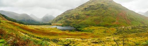 Breite Ansicht in Glen Etive und in den Fluss Etive in den Hochl?ndern von Schottland lizenzfreies stockfoto