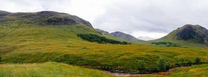 Breite Ansicht in Glen Etive und in den Fluss Etive in den Hochl?ndern von Schottland lizenzfreie stockfotografie