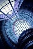Breite blaue Decke in der Halle Lizenzfreies Stockfoto