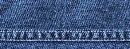 Breite Denimfahne mit dekorativen Nähten der Jeans stockfotos